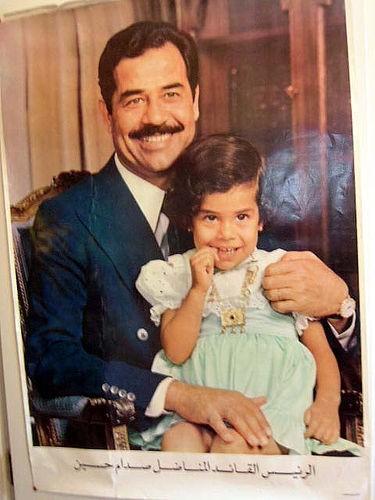 Saddam Hussein avec enfant.jpg