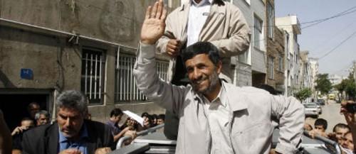 Ahmadinejad la victoire.jpg