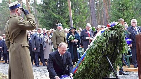 Katyn Poutine monument aux morts.jpg
