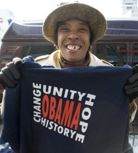 Obama feme vendant T-sh à HARLEM 20 Janv 09.jpg