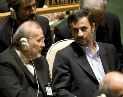 Ahmadinejad écoute le discours d'Obama 23 09.jpg