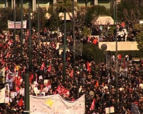 Athènes grève drapeaux rouges.jpg