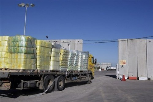 Camion chargé d'aide alimentaire au pt de pass. de Kerem Shalom à la frontière Isr-Gaza.jpg