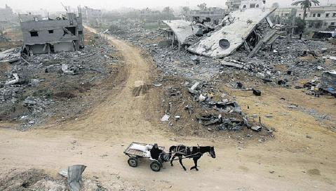 Mughraqa - Gaza. Un home rentre dans son village dévasté.jpg