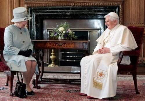 Pape et reine assis.jpg