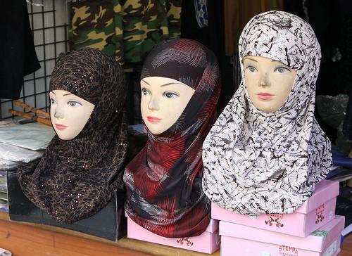 Modèles de voiles islamiques dans une vitrine.jpg