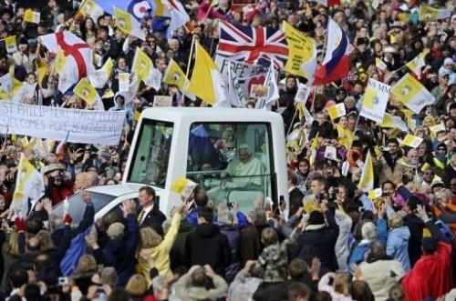 Pape acclamé par les fidèmes à Birmingham 19 09.jpg