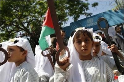 6927_de-jeunes-palestiniens-au-cours-d-une-manifestation-de-com.jpg