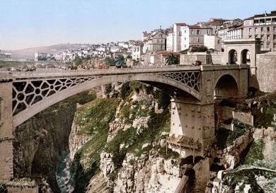 Algerie-Constantine-pont-El-Kantara-en-1899-Auteur-inconu-domaine-public-via-Wikipedia-Photochrome.jpg
