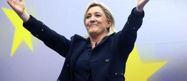 marine-le-pen-la-presidente-du-parti-d-extreme-droite-front-national-lors-de-son-discours-du-1er-mai-2014-a-paris-devant-le-drapeau-de-l-union-europeenne-qu-.jpg