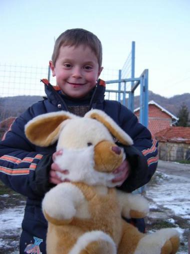 sans-titre.png Enfant et peluche Kosovo.png