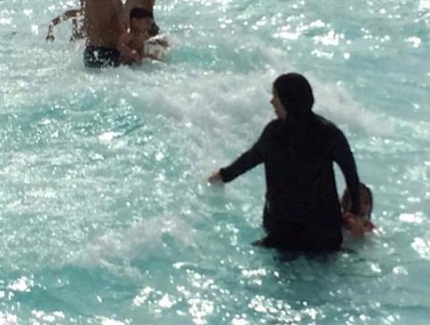 Capture-15.png  Burkini à la piscine août 18.png