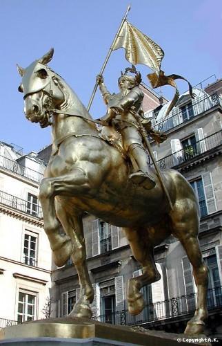 Jeanne à cheval place des Pyramides.JPG