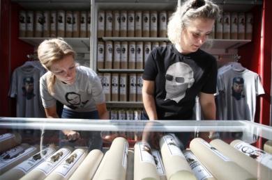 Des-T-shirts-l-effigie-du-pr-sident-russe-Vladimir-Poutine-sont-en-vente-dans-un-magasin-du-centre-de-Moscou-.jpg