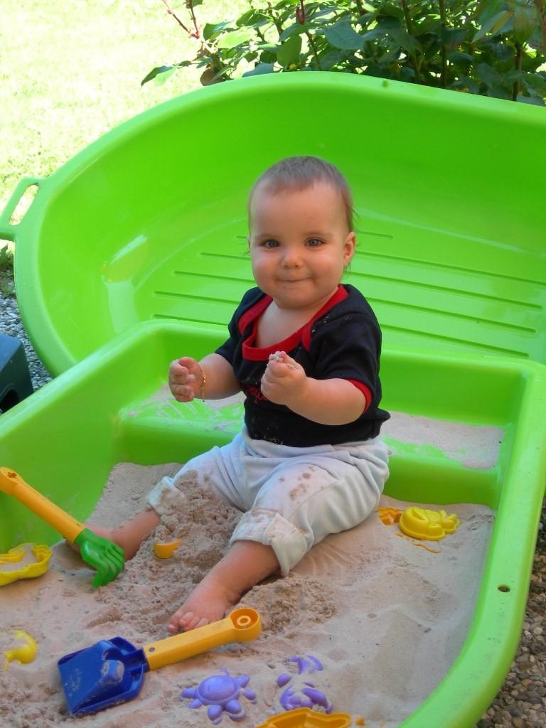 Un bel enfant dans un bac sable gaelle mann - Bac a sable bebe ...