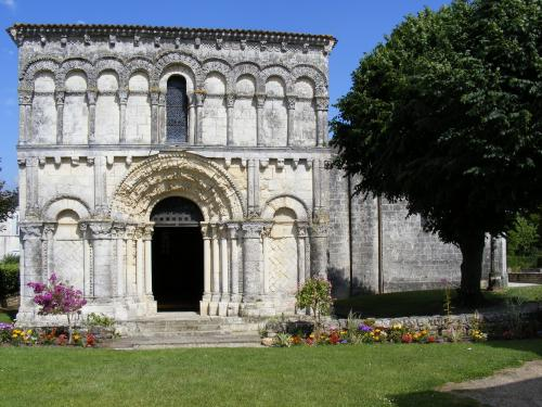 Eglise XIIè à Echillais.JPG