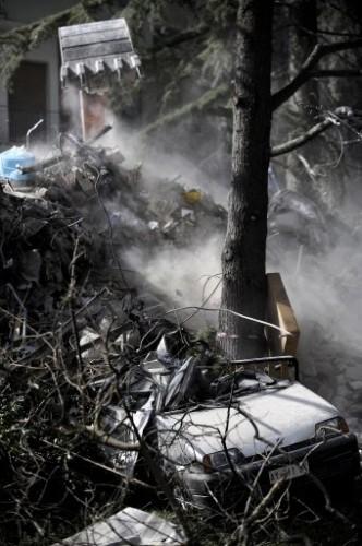 Voiture ensevelie par séisme Italie.jpg