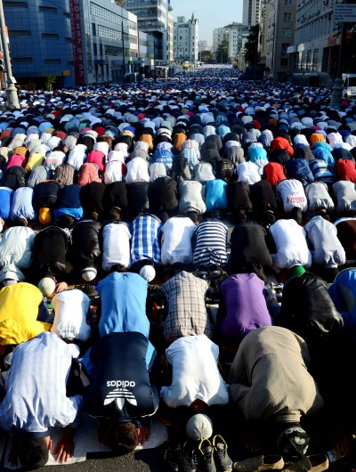 russian-muslims-pray-outside-the-2e8c-diaporama.jpg