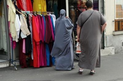 femme-partiellement-voilee-homme-devant-magasin-hijabs-2011-Paris_0_728_480-600x396.jpg
