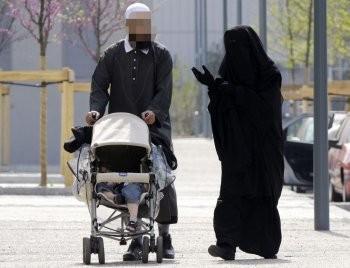 Homme et femme, enfant - niqab.jpg