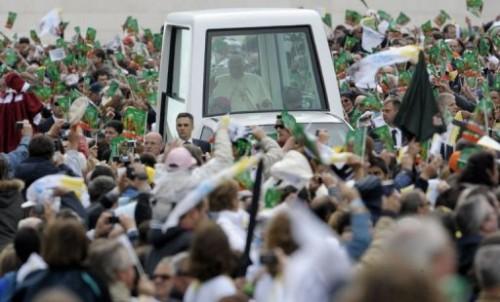 Fatima milliersd de fidèles.jpg