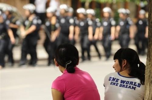 Chine j filles ouïgours regardent soldats chinois 12 juillet.jpg