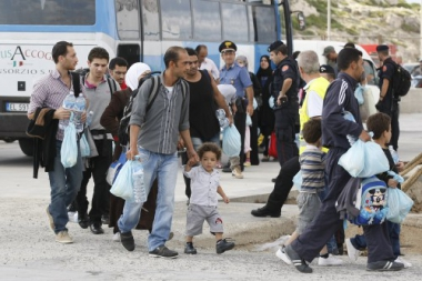 Migrants-transf-r-s-vers-un-centre-d-immigration-apr-s-leur-d-barquement-Lampedusa-octobre-2013.jpg