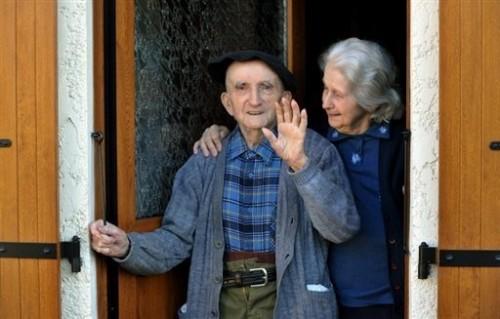 couple agé - devant leur maison à Mérignac 12 fec 09.jpg