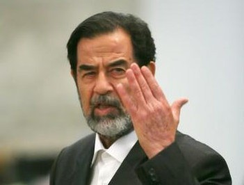 Iraq Saddam main levée.jpg