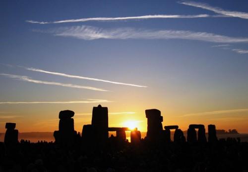 Solstice_Sunrise_over_Stonehenge_2005.jpg