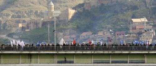 Géorgie manifestants sur un pont.jpg