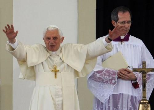 Pape à la chapelle des Apparitions à Fatima.jpg