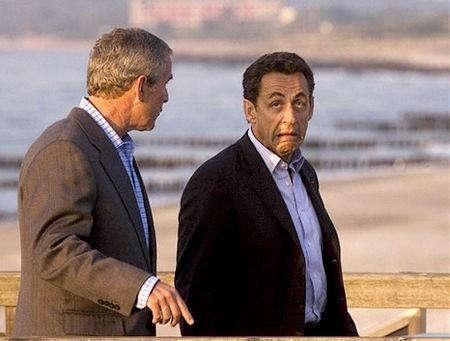 Sarkozy très laid faisant la grimace avec Bush sur plage.jpg