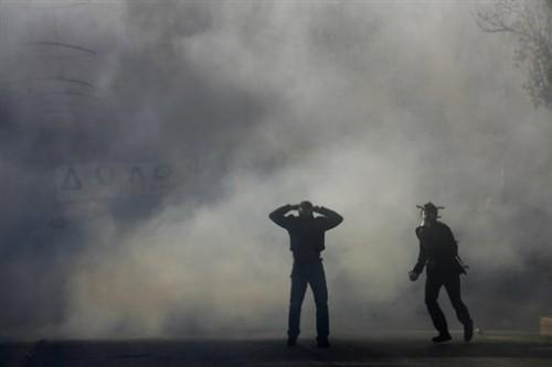 Grèce fond gaz lacrymogènes.jpg