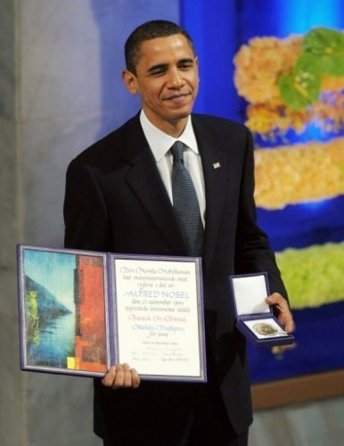 Barack avec prix Nobel.jpg