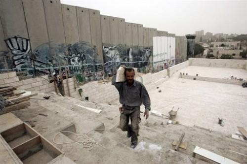 Construction d'une estrade au pied du Mur de séparation à Aïda.jpg