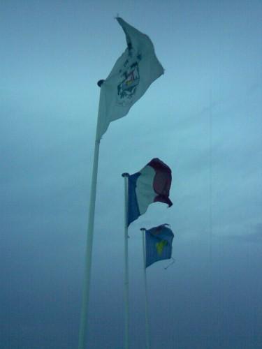 Photo035 Drapeaux au vent du soir - les lecques.JPG