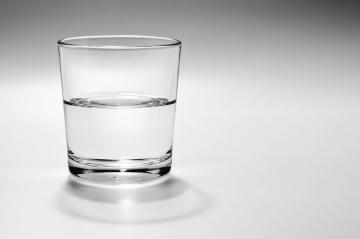 enigme-boire-verre-eau-bras-tendu.jpg