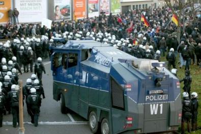5435745_kolsh_545x460_autocrop.jpg Police à Cologne.jpg