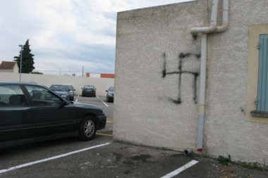 20_10_Mosquee_Carpentras_tag_raciste_croix_gammee_LEDAUPHINE_930_620_scalewidth_630.jpg