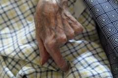 Main d'une femme âgée.jpg