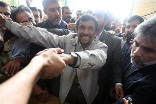 Ahmadinejad se rend au bureau de vote.jpg