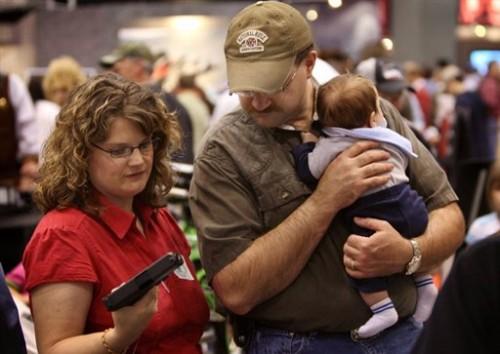 Famille blanche aux USA choisit une arme à feu.jpg