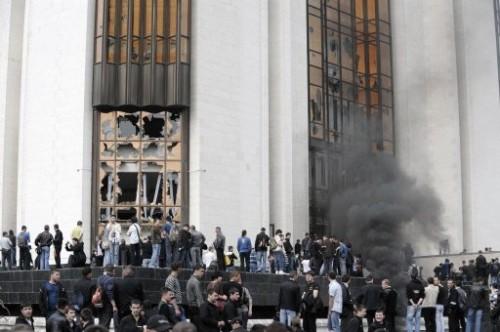 Aniti communistes prennent d'assaut la présidence à Chisinau.jpg
