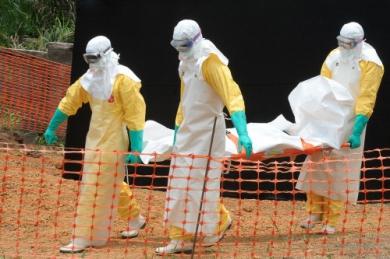 Des-travailleurs-MSF-transportent-un-corps-en-Guin-e-.jpg