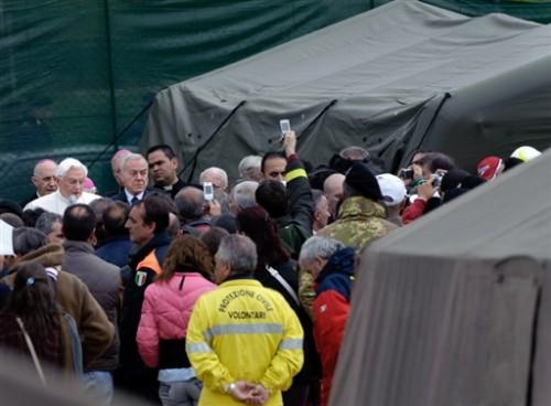 Le Pape à Onna.jpg