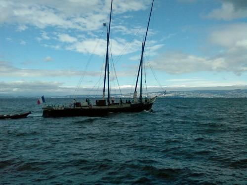 EVIAN En route sur le Lac -bateau de pêche qui part.JPG