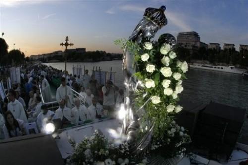 Procession sur la Seine 14 août 09.jpg