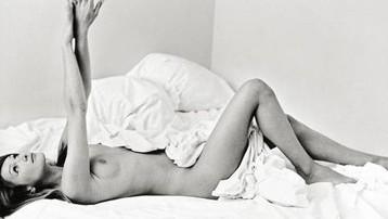 carla-bruni nue au lit 1994.jpg
