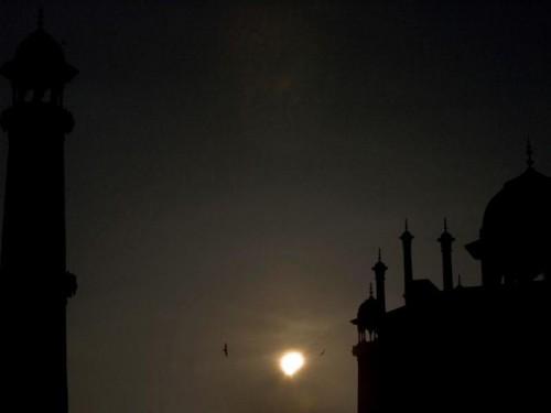 Eclipse partielle devant le Taj Mahal.jpg